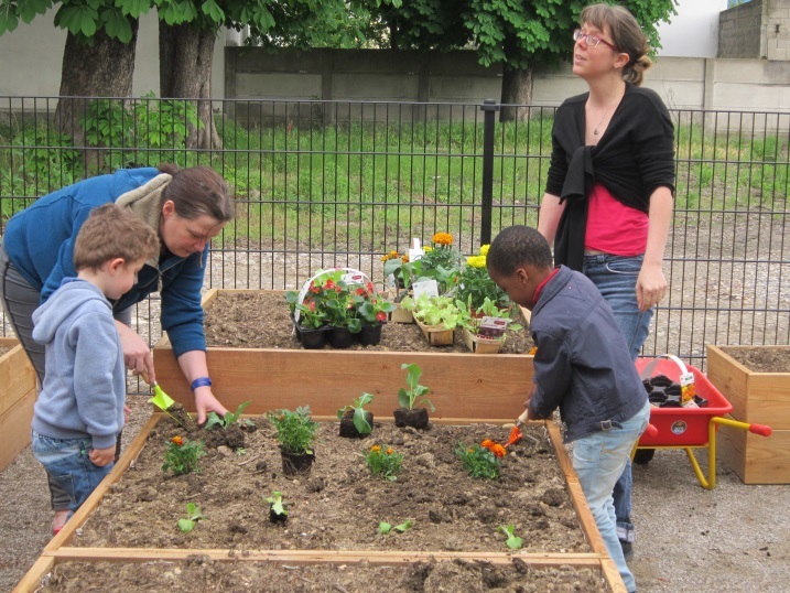 les enfants découvrent le jardin