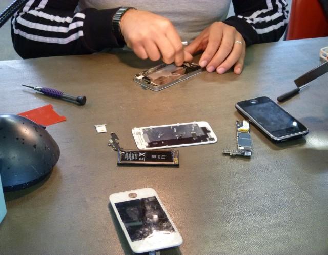 Avant de jeter votre portable préféré, vérifiez si vous ne pouvez pas le (faire) réparer !